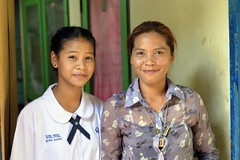 mother and student daughter (the foreign photographer - ฝรั่งถ่) Tags: mother daughter primary school khlong thanon portraits bangkhen bangkok thailand nikon d3200