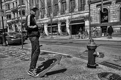 Rittenhouse Square at Walnut Street, 2017 (Alan Barr) Tags: philadelphia 2017 street sp streetphotography streetphoto blackandwhite bw blackwhite mono monochrome city urban candid people fujifilm fuji x70 rittenhousesquare walnutstreet