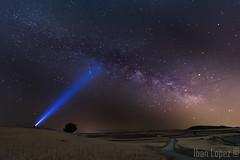 ¿Hay alguien? (Iban Lopez (pepito.grillo)) Tags: ©ibanlopez d7200 víaláctea milkyway nocturna noche night cabezóndepisuerga linterna lantern