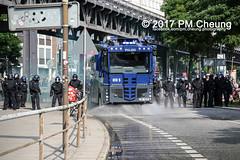 Protest gegen G20 - Blockadeaktionen: Colour the red zone - 07.07.2017 - Hamburg - IMG_2203 (PM Cheung) Tags: schulterblatt plünderungen g20 hamburg welcometohell demonstration schwarzerblock protest g20summit krawalle ausschreitungen umsganze colourtheredzone shutdownthelogisticsofcapital polizei kundgebung fischmarkt roteflora schanzenviertel pmcheung wasserwerfer blockaden räumpanzer 2017 demo mengcheungpo gewerkschaftsprotest tränengas facebookcompmcheungphotography g20gegner 07072017 krisenpolitik blockupy hansestadt hartmutdudde polizeirepression camp kapitalismus usk partypolizei pomengcheung antikapitalismus g202017 gipfelgegner blockadeaktionen grosdemonstration gipfelprotest hamburgermesse donaldtrump angelamerkel euflüchtlingspolitik kurden türkei interventionistischelinke grenzenlosesolidaritätstattg20 grosdemonstrationgegeng20 landungsbrücken millerntorplatz hamburgaltona altona pferdemarkt