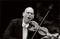 comical virtuoso fiddler (Gabi Wi) Tags: portrait virtuoso comedian violinist entertainer performer musician countenance monochrome comedy show violin allfreepicturesjuly2017challenge