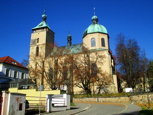 Pohled na kostel Nanebevzetí Panny Marie z ulice Na Valech