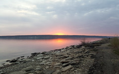 (Nikita Dmitrievich) Tags: закат sunset река river солнце sun камни stones вода water отражение reflection небо sky note 5 samsung берег coast