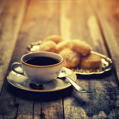 Coffee and cookies (Davide Solurghi Photography) Tags: davidesolurghiphotography davidesolurghi stilllife indoor inside studio naturemorte naturamorta sunrise alba sunset tramonto food cibo cups tazzine cookies coffee cup drink breakfast caffeine table saucer break wood coffeecup