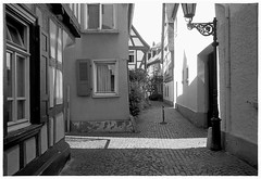 Höchst, Dorf #2 (Christoph Schrief) Tags: frankfurtammain höchst hoechst altstadt leicam2 zeisscbiogon2835 agfaapx100neunew rodinal 150 20° 10min selfdeveloped film analog sw bw