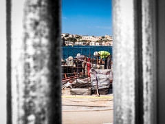 Derrière la palissade. (francis_bellin) Tags: caché 2017 bleu chaleur casque marseille groupe couleur juin ouvriers flickr labeur