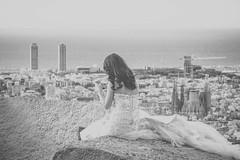 Una -novia- desconocida de espaldas (☼ Mrs ☼) Tags: barcelona turistas canon bw novia vistapanorámica encaje vestido mujer woman iphone sagradafamilia catalunya