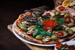 Enjoy your Meal! (Thomas Listl) Tags: thomaslistl color birds animal bird pizza food closeup italy rome rom roma diner olives basil eat
