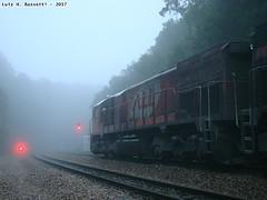 EMD GT22 4612 / Piraquara - PR, Brasil. (Luiz H. Bassetti) Tags: trem train trenes rumo all metrica estreita piraquara neblina pedreira roça nova tunel emd gm gt gt22 ctc sinal nevoa pt parana brasil ferrovia comboio