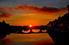Cae el sol en el Arno.Florencia. (liaadrianagonzalez) Tags: rio atardecer puente florencia sol