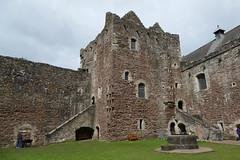P1000074 - Doune castle (keep) (marc_vie) Tags: schottland scotland doune castle chateau burg perthshire burghof