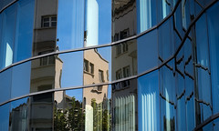 Où veux-tu que je regarde ? (CaroDiario) Tags: architecture street bleu rue streetphotography photoderue verre vitres reflets immeubledeverre glassbuilding courbes miroirs effetpuzzle panasonicdcgh5 lumixg425mmf17