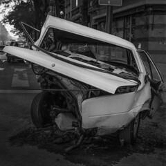 Crash (Julio López Saguar) Tags: juliolópezsaguar coche car automóvil blancoynegro blackandwhite película film hasselblad madrid españa spain callestreet urban urbano accidente accident crash roto broken