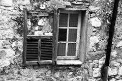 (Jean-Luc Léopoldi) Tags: bw noiretblanc village vétuste fenêtre volet pierres cassé sud
