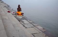 Rezar en un lugar sagrado (Nebelkuss) Tags: india uttarpradesh varanasi benarés ganges rio river oración prayer ghats fujixt1 fujinonxf23f14