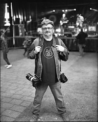 unknown photographer (Jürgen Hegner) Tags: trix400 schwarzweis jürgenhegner portrait analog daylight 6x7 blackandwhite makina67 makina mediumformat streetlife