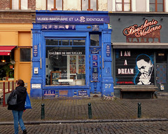 Le monde en bleu - The world in blue (p.franche malade - sick) Tags: bruxelles brussel brussels belgium belgique belgïe europe pfranche pascalfranche panasonic fz200 hdr dxo flickrelite bleu blue urban streetshot restaurant café artiste placedujeudeballes colours couleurs snapshot