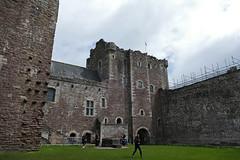 P1000076 - Doune castle (marc_vie) Tags: schottland scotland doune castle chateau burg perthshire burghof