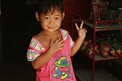 cute girl sending you peace from a convenience store (the foreign photographer - ฝรั่งถ่) Tags: cute girl peace sign convenience store khlong thanon portraits bangkhen bangkok thailand