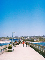 From the Pier - Ocean Beach (Pietro Bakke) Tags: yashica fx3 fx 3 35mm film films rullino rullini filmphotography photos photography photoshop lightroom lightmeter bakke7 pietro bacherotti trip holiday holidays vacation vacanze vacanza lavoro business travel california socal iso iso200 200 pose composizione composition los angeles sign zeiss 50mm f17 planar 28mm f28 28 17 50 mm lens analogic analogica 80s 1980 beach spiaggia ocean oceano pacific pacifico westcoast west coast waves sun life san diego pier ponte pontile concrete cemento