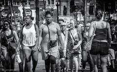 2330  Escena callejera (Ricard Gabarrús) Tags: gente street escenacallejera calle paseo personas ricardgabarrus olympus ricgaba