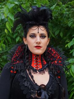 Frau in Rot-Schwarz