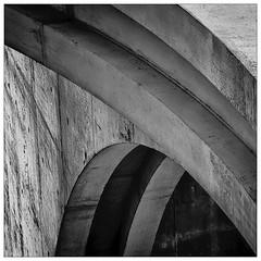Marie-Lüders-Haus – Berlin (frodul) Tags: berlin abstrakt architektur dach dachkonstruktion detailaufnahme fassade gebäude gebäudekomplex konstruktion marielüdershaus schatten ausenansicht detail kurve outdoor verwaltungsgebäude bw einfarbig monochrom sw beton deutschland