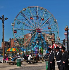 men with hats (paseando...) Tags: tiovivo noria carrusel jewish coneyisland ny nyc newyork lunapark wonderwheel yiddish satmar