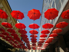 2017-03-28-8346 (vale 83) Tags: red umbrellas nokia n8 friends carlzeiss encarnado expression flickrcolour rotrossorougerood autofocus colourartaward coloursplosion beautifulexpression yourbestoftoday belgrade serbia