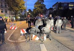 4034 Starke Polizeimänner räumen eine Straßenblockade am Kleinen Schäferkamp von Hand weg - Proteste wg. G20 in Hamburg. (christoph_bellin) Tags: hamburg hansestadt gipfel g20 g20gipfel regierungschefs tagungsort protest demonstration welcometohell welcome hell starke polizeimänner räumen strasenblockade kleiner schäferkamp vonhand