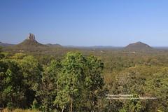 Glass House Mountains, panorama (blauepics) Tags: australia australien queensland qld landscape landschaft tree baum hills hügel glasshouse mountains berge panorama blue sky blauer himmel