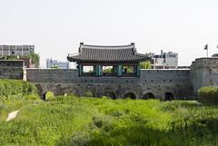 화홍문, Buksumun Bridge, Suwon, South Korea (Tiphaine Rolland) Tags: 화홍문 bridge pont forteresse fort fortress suwon southkorea korea asia asie coréedusud corée 대한민국 수원시 수원 화성 수원화성 hwaseong green vert herbe grass