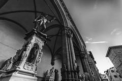 Perseo (antoniopedroni photo) Tags: perseo benvenutocellini scultura sculpture wideangle blackandwhite firenze loggia loggiadeilanzi piazzadellasignoria florence