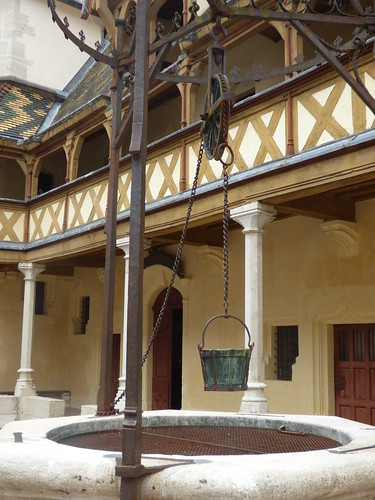 Hôtel-Dieu de Beaune - Cour d'Honneur - well