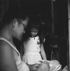 Ông và cháu (Hanoi L i f e A r t) Tags: tuanducphamvn hanoi vietnam people portrait child bw hasselblad 6x6 mediumformat ilford delta100 80cf asian streetlife analogphoto filmcamera