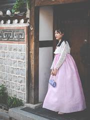 Young Lady in hanbok - Bukchon Hanok Village - 북촌한옥마을 (Stephane Rossignol) Tags: 북촌한옥마을 bukchonhanokvillage hanbok seoul korea coree corée