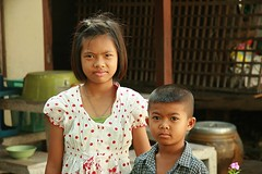 sister and brother (the foreign photographer - ฝรั่งถ่) Tags: sister brother khlong thanon portraits bangkhen bangkok thailand canon kiss