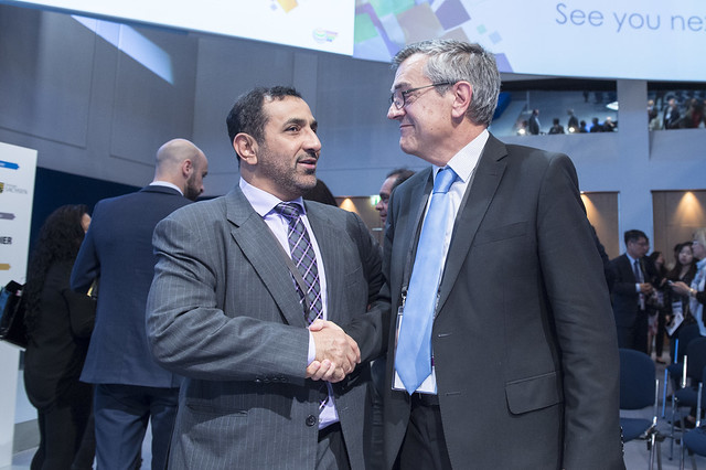 Abdullah Salem Al Katheeri shaking hands with José Viegas