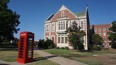 La típica cabina de la University of Oklahoma, Norman (Sebastià Giralt) Tags: oklahoma norman university universitat universidad usa eua eeeuu campus cabina phonebox telefonica telefon telefono phone box