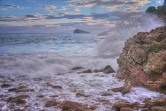 (425/17) El rincón donde rompen las olas (Pablo Arias) Tags: pabloarias photoshop photomatix nxd españa cielo nubes ola mar agua mediterráneo cala rocas tíoximo benidorm alicante comunidadvalenciana