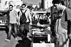 spi_193 (la_imagen) Tags: sw bw blackandwhite siyahbeyaz monochrome street streetandsituation sokak streetlife streetphotography strasenfotografieistkeinverbrechen menschen people insan türkei turkey türkiye turquía istanbul istanbullovers karaköy streetfood