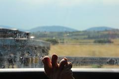Orteils en voyage - Toes on travel (Jessica Luhahe) Tags: route road vitre paysage landscape car voiture voyage trip travel pied foot autoroute weird contre jour traces orteils toes flou