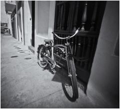 Fotografía Estenopeica (Pinhole Photography) (Black and White Fine Art) Tags: aristaedu400 pinhole4214x214 pinhole03mm niksilverefexpro2 lightroom3 camaraestenopeica estenopo pinholecamera pinhole sanjuan oldsanjuan viejosanjuan puertorico bicicleta bicycle bn bw