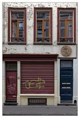 Face au trente-deux (Jean-Marie Lison) Tags: x100t bruxelles ixelles fenêtres vitrine volet tags graffitis