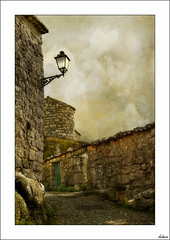 Arriba está el premio (V- strom) Tags: portugal monsanto texturas textures arquitectura arquitecture pueblo village piedra stone viaje travel nikon nikon2470 nikon50mm recuerdo memory luz light abandonado abandoned farola streetlight cielo sky