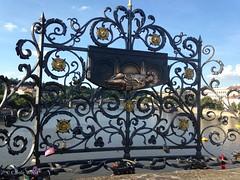Prague - Pont Charles - Grille en fer forgé (Fontaines de Rome) Tags: prague pont charles grille fer forgé praha karlův most plaque saint jean népomucène