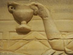 Musée national du Liban (Beyrouth) : Vase brandit lors d'un banquet funéraire représenté sur un sarcophage (période romaine) (Bagolina) Tags: mort muséenationalduliban liban beyrouth