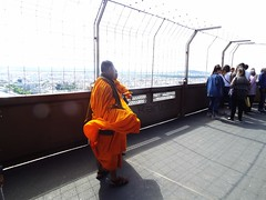 Viento en las alturas (Karloz Silva) Tags: paris francia torreeiffel tower turista viaje vacaciones vacations monjes budistas toureiffel alturas turistas expuesta luz naranja anaranjado mantos