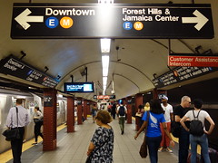 201706133 New York City subway 'Lexington Avenue – 53rd Street' (taigatrommelchen) Tags: 20170625 usa ny newyork newyorkcity nyc manhattan midtown central perspective icon urban railway railroad mass transit subway station tunnel sign train mta r160