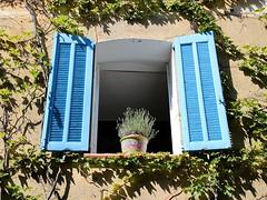Vieux village de Grimaud (Var) (Charles.Louis) Tags: village patrimoine paca provence var grimaud lavande volet fenêtre